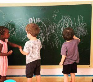 nens-dibuixant-en-una-pissarra