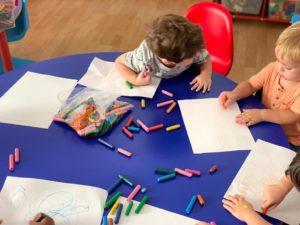 nens-pintant-amb-colors